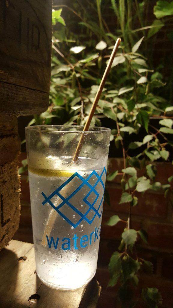 Nachfüllbares Glas und Naturstroh von Waterkant